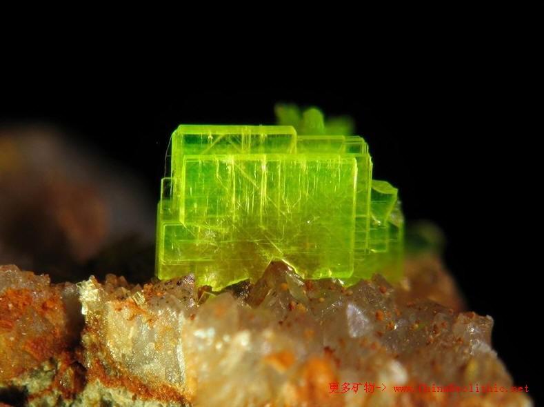 绿色晶体_钙铀云母-Autunite-矿物图片-矿物百科-中国新石器 - 矿物晶体-矿物 ...