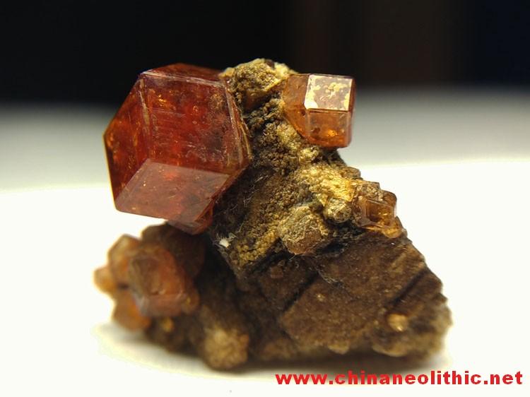 大晶体芬达石菱形锰铝石榴石和长石共生矿物晶体标本宝石原石原矿